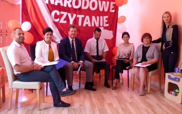 Buska inauguracja Narodowego Czytania 2018 miała miejsce w piątek, w przedszkolu Słoneczko. Zaproszonych gości-lektorów powitała dyrektor placówki Anna Korczyńska-Wieloch (stoi z prawej).