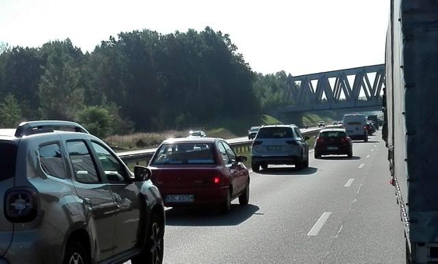 Remont na A4. Nie ma pasa do włączeń! Na zjeździe z S1 na A4 stanął znak STOP.  Zobacz kolejne zdjęcia. Przesuwaj zdjęcia w prawo - naciśnij strzałkę lub przycisk NASTĘPNE