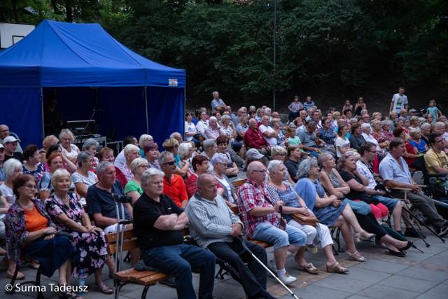 Na koncerty w teatrze letnim stawia się komplet publiczności.