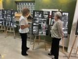 """""""Mój Ożarów daleki i bliski"""". Spotkanie z Zofią Białas i wystawa zdjęć w wieluńskiej bibliotece ZDJĘCIA"""