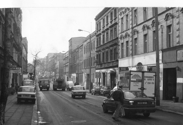 Grudzień 1994 rok. Ulica Piekarska. Jak widać, zima wyjątkowo odpuściła. Miejsce tętniło życiem
