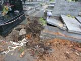 Cmentarz miesiąc po nawałnicy. Nadal wiele nagrobków jest zniszczonych. ZDJĘCIA