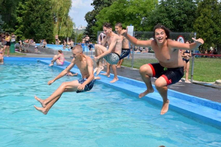 Słoneczna pogoda sprawiła, że w niedzielę 25 lipca basen...