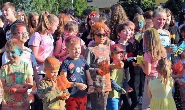 W Bukownie odbył się tradycyjny festiwal kolorów, czyli można było się wykąpać w... proszku