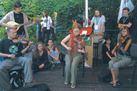 Katarzyna Szymczak (w środku) prowadziła warsztaty muzyczne.