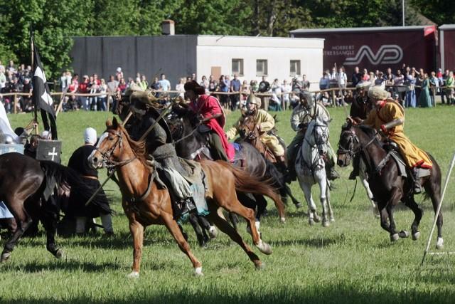 FechtFest - pierwsze od 400 lat publiczne Fechtschule pokazujące tradycje i kunszt władania historyczną europejską bronią białą w oparciu o zachowane źródła średniowieczne i renesansowe w formie turnieju szermierki długim mieczem bez uzbrojenia ochronnego we wrocławskiej Leśnicy.  Fechtschule będzie otwarte dla publiczności, zaś dla zwycięskich szermierzy przewidziane nagrody. Szczegóły dotyczące wymagań sprzętowych, zasad walki oraz pozostałe informacje związane z turniejem dostępne będą w regulaminie fechtschule.  Zainteresowani startem szermierze proszeni są o kontakt z Freifechter Wrocław ( freifechter.wroclaw@gmail.com ), który zastrzega sobie prawo do decyzji o dopuszczeniu szermierza do Fechtschule.  Gdzie i kiedy? Centrum Kultury Zamek, Wrocław, pl. Świętojański 1 8 września, 12.00 Wstęp za darmo