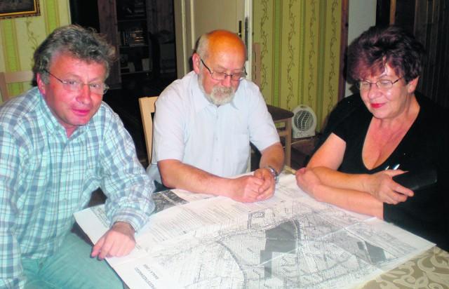 Od lewej Tomasz Wojas, Jan Wyrwa i Danuta Wyrwa przeciwni decyzji Rady Miejskiej w Bochni