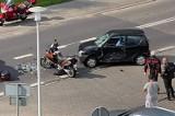Wypadek w Katowicach. Motocyklista zderzył się z osobówką na ul. Bażantów. Trafił do szpitala