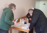 Harcerze wspierają szpital w Kaliszu w akcji szczepień przeciwko COVID-19. ZDJĘCIA