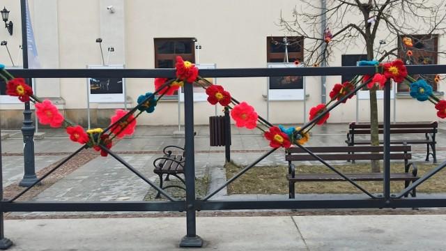 Wiosenna instalacja Bombardowania włóczką na placu przy Centrum Kultury w Lublinie