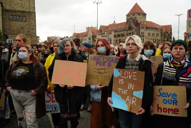 W piątek, 24 września, w całym kraju młodzież zebrała się, by protestować przeciw polityce wspierającej kopalnie węglowe i betonowanie miast.   Zobacz zdjęcia z protestu --->