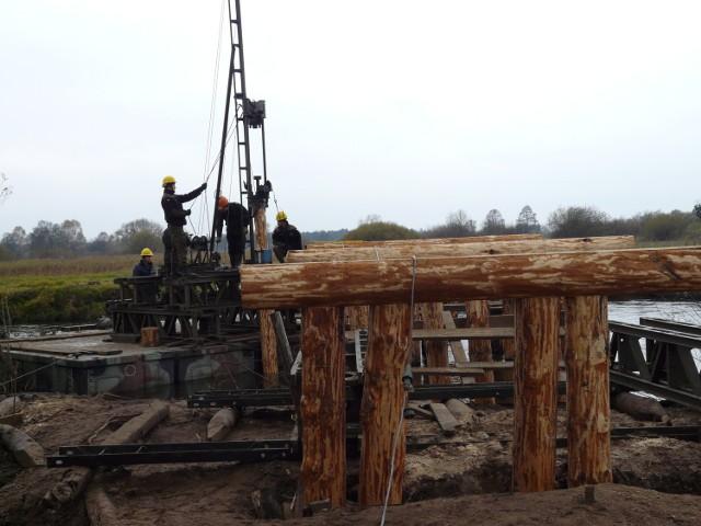 Saperzy zakończą budowę mostu w Chałupach dopiero wiosną. W tym roku prace potrwają jeszcze parę dni