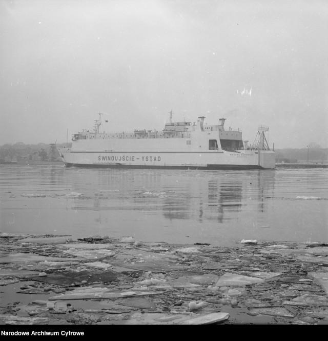 """MF """"Mikołaj Kopernik"""" kursujący na linii Świnoujście-Ystad w kanale portowym."""