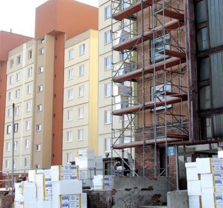 Azbest został już usunięty z jednego bloku przy ul. 3 Maja, a teraz robotnicy zabierają się za jego ocieplanie.