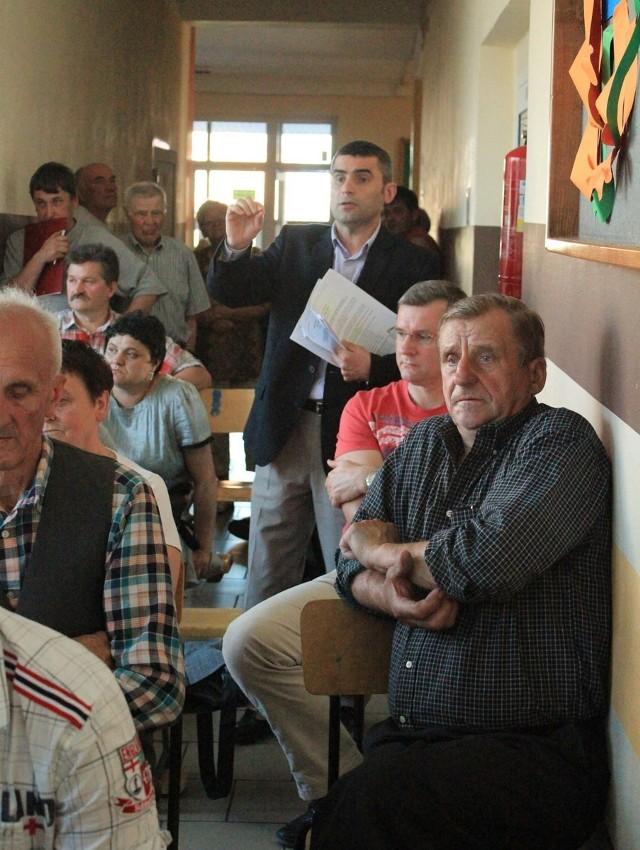 """Na piątkowym zebraniu w Szkole Podstawowej nr 3 w Chełmie pojawiło się sporo mieszkańców osiedla """"Rejowiecka"""". Każdy z nich chciał wyjaśnień, dlaczego opłata śmieciowa jest tak wysoka."""
