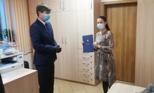 Anna Ośko odebrała dokument powołania jej na stanowisko pełniącej komisarycznie funkcje wójta w gminie Warlubie