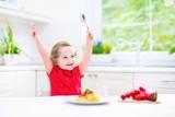 Uczymy dziecka savoir vivre, czyli czas na samodzielne jedzenie
