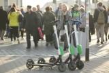Czy można jeździć hulajnogą elektryczną po chodniku? Można, ale nie zawsze. Ile wypadków z udziałem hulajnóg było na Podkarpaciu?