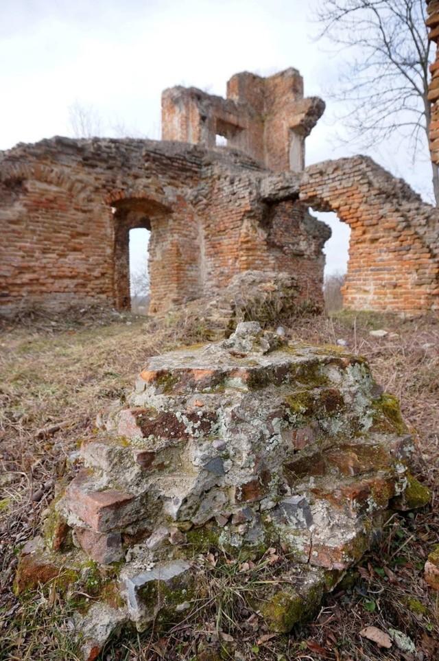Zespół pałacowo-parkowy w Zawieprzycach  Obejmuje m.in. ruiny zamku z XVII wieku, barokową bramę wjazdową, kaplicę z końca XVII wieku oraz ruiny klasycystycznej oranżerii. Z ruin zamku roztacza się piękny widok na dolinę Wieprza.