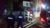 Pożar domu w Wawrze. Policjanci uratowali dwie kobiet i zatrzymali podpalacza