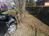 72-latek skasował znak i uderzył w drzewo na Łódzkiej w Skierniewicach