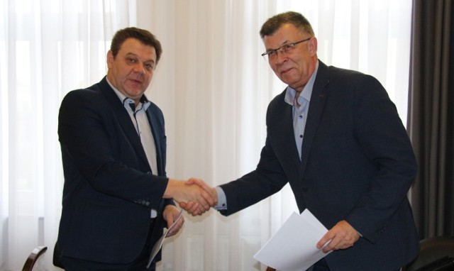 Podpisanie umowy na budowę nowych budynków komunalnych w Woli Krzysztoporskiej