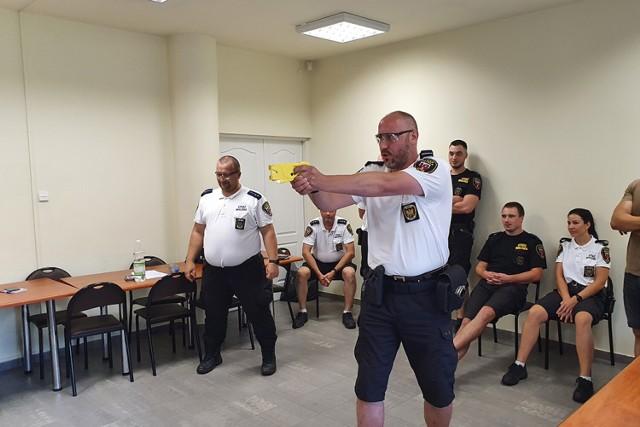 Strażnicy miejscy w Kaliszu zostaną wyposażeni w paralizatory ZDJĘCIA