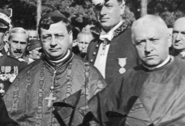 Po lewej Prymas Węgier kard. Jusztinián Serédi, a po prawej Prymas Polski kard. August Hlond