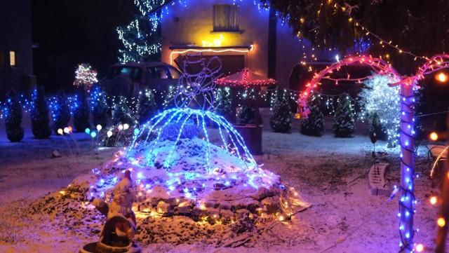 Pięknie rozświetlony dom mieści się przy ul. Oświęcimskiej 52 w Zabrzu Makoszowach. Zobacz kolejne zdjęcia/plansze. Przesuwaj zdjęcia w prawo - naciśnij strzałkę lub przycisk NASTĘPNE