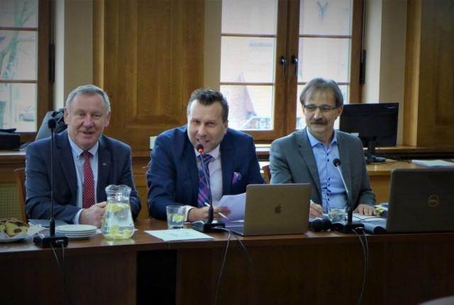Zbigniew Charmułowicz (z prawej) jest sekretarzem Rady Gospodarczej przy Burmistrzu Miasta Malborka. Obok siedzi jej przewodniczący, Jarosław Filipczak oraz wiceburmistrz Jan Tadeusz Wilk.