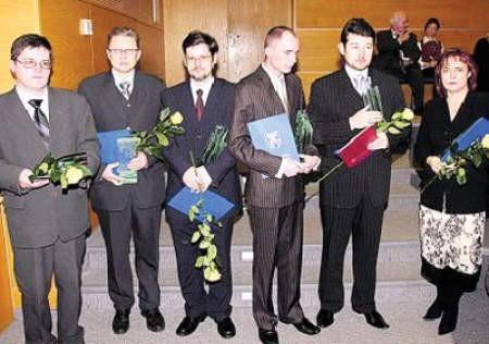 Dąbrowscy laureaci z nagrodami w dłoniach.