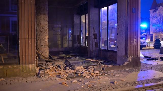 Na Rynku w Grudziądzu samochód wjechał w witrynę budynku, a potem uderzył jeszcze w latarnię i zaparkowane auta