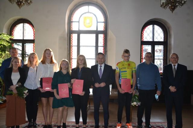 Nowa Ruda: burmistrz Tomasz Kiliński wręczył stypendia, za wybitne osiągnięcia sportowe.  Czytaj dalej. Przesuwaj zdjęcia w prawo - naciśnij strzałkę lub przycisk NASTĘPNE.