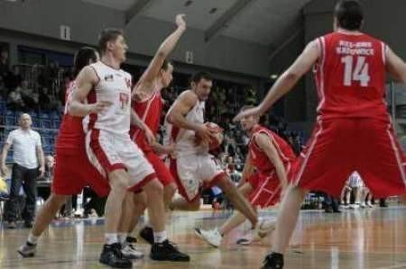 Łukasz Szczypka (z piłką) rzucił katowiczanom 12 punktów.