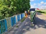 Powiat wągrowiecki. Trwa malowanie barierek na mostach
