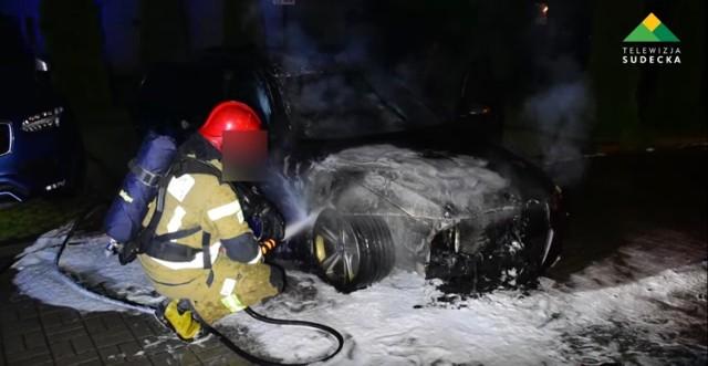 Straż pożarna gasi płonący samochód kolegi, BMW spaliło się doszczętnie, tak jak miało... Pożar miał miejsce na początku czerwca br
