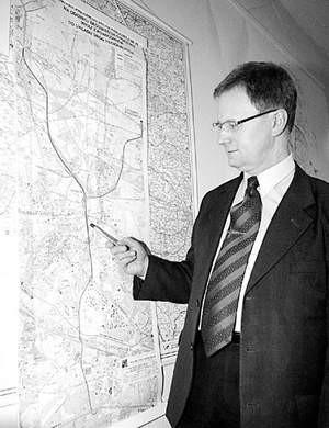 Piotr Wojtala prezentuje mapę z przebiegiem drogi.