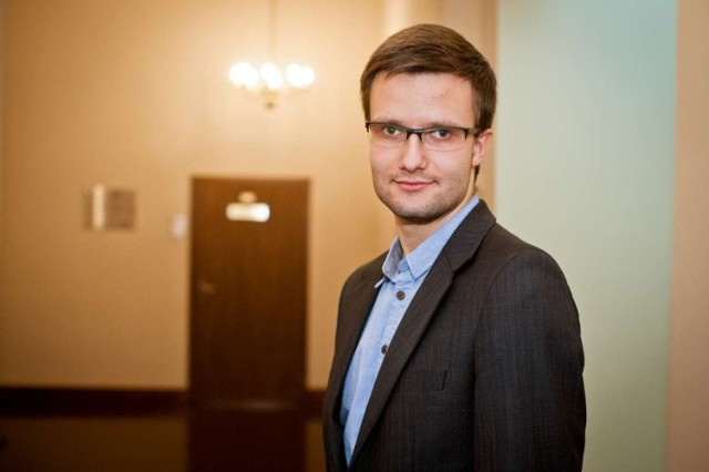 Mateusz Fąfara jest rzecznikiem Urzędu Miejskiego w Gnieźnie