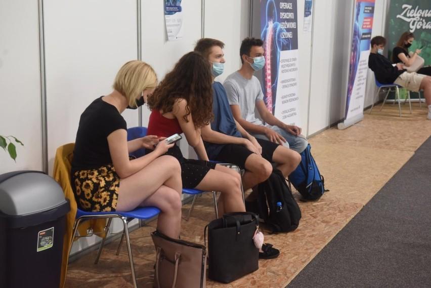 Czwarta fala pandemii koronawirusa: nowe lockdowny tylko dla NIEzaszczepionych? Alternatywą są tysiące zgonów i 37 mld zł strat gospodarki