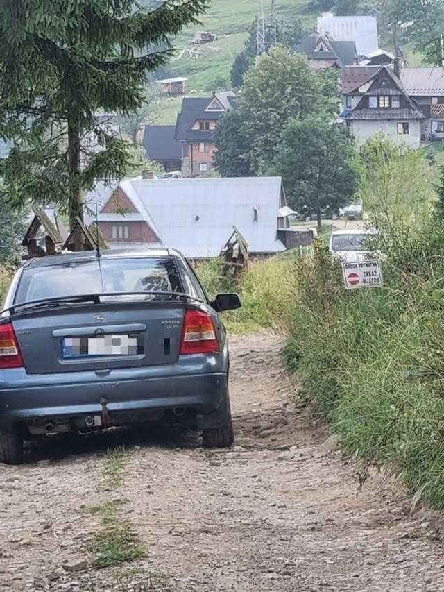 Codzienność na Furmanowej. Niedawno jeden z mieszkańców na trzy dni zablokował drogę. Zostawił swoje auta na środku i po prostu sobie poszedł.
