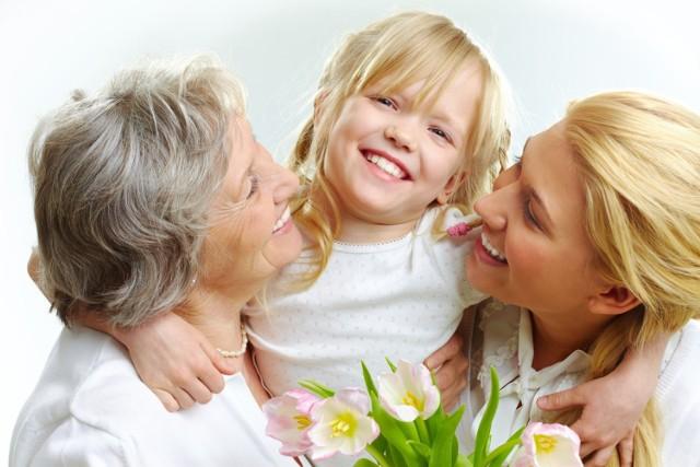 Jak co roku obchodzimy Dzień Babci i Dziadka. Pamiętajmy o tym dniu, bo są to osoby niezwykle czułe i kochane. Zawsze nam pomogą, przytulą i powiedzą miłe słowo. Warto im coś podarować w tym dniu. Jeżeli nie macie pomysłu, to postawcie na rzeczy uniwersalne, takie, które z pewnością przydadzą im się w domu i nie tylko.