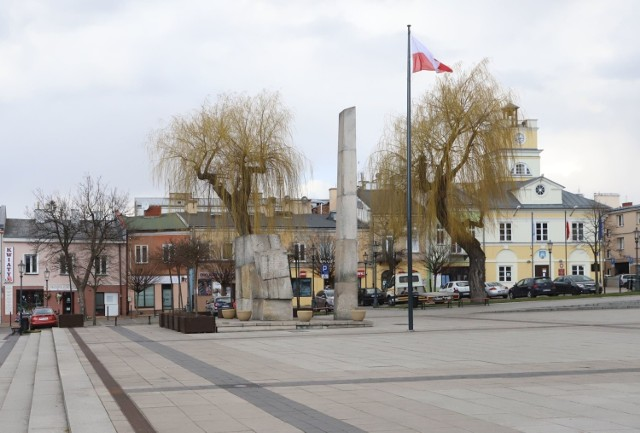 Na ulicach Grójca jest zdecydowanie mniej ludzi niż zazwyczaj. Mieszkańcy dostosowali się do zaleceń rządu. Ze względów bezpieczeństwa konieczne było zamknięcie targowisk miejskich, giełdy w Słomczynie, a także Punktu Selektywnej Zbiórki Odpadów Komunalnych.