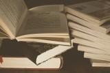 Wakacyjny kiermasz książek w kwidzyńskiej bibliotece. Książki oraz audiobooki można nabyć za symboliczną złotówkę