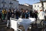 """Przerażający widok na Placu Wolności w Kielcach! Ludzie pytają: """"Tam naprawdę są zwłoki, czy to jakiś żart""""? Wyjaśniamy"""