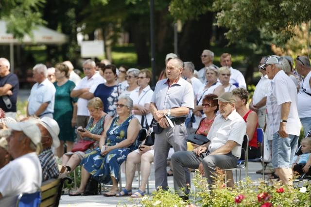 Niedziela, 25 lipca w Busku-Zdroju przyciągnęła mnóstwo turystów. Wielu z nich podziwiało drugi finałowy koncert Buskich Spotkań z Folklorem. Inni natomiast spędzali czas na spacerach po parku i relaksie w miejscowych restauracjach i ogródkach.  >>>Więcej zdjęć na kolejnych slajdach