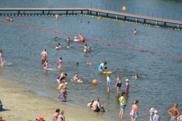 Plaża oraz kąpielisko nad skierniewickim zalewem jest chętnie odwiedzane każdego dnia. Jednak w weekendy osób jest znacznie więcej. To właśnie tam doszło do dziwnej sytuacji. Nietrzeźwa kobieta pomyliła dziecko. Musiała interweniować policja.
