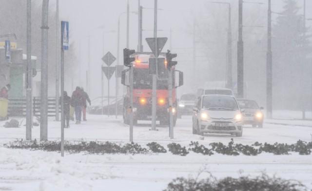 Ulice Bydgoszczy po dużych opadach śniegu w poniedziałek 8 lutego