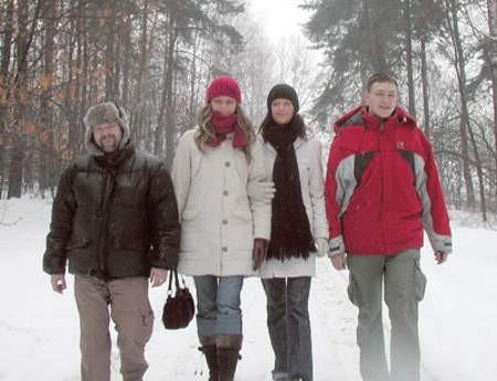 Piotr Pitas, Paulina Bobrowska, Justyna Piechowiak i Bartek Ottenburger lubią zimą spacerować po rogoźnickim parku.