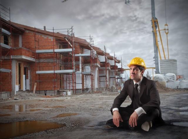 Nadzór budowlany słabo radzi sobie z obowiązkami m.in. z powodu braków kadrowych.