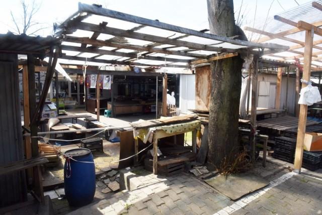 Targowisko w Gubinie świeci pustkami. Wygląda jak opuszczone.